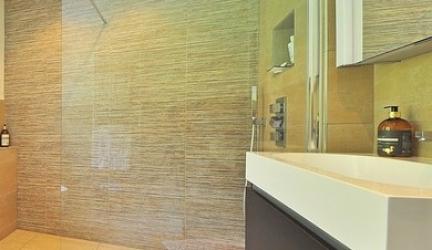 Eine Duschabtrennung muss aus Glas sein. Oder vielleicht doch lieber Kunststoff…